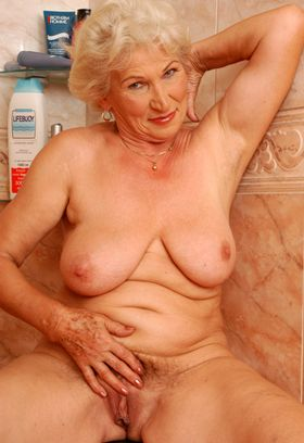 donna anziana nuda
