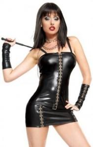 mistress vestita con abito di pelle e frustino