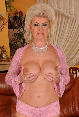 vecchia nuda che si tocca le tette